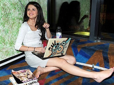 http://coolspotters.com/files/photos/42944/selena-gomez-and-hp-pavillion-tx2500-laptop-gallery.jpg